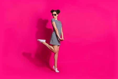 Ganzkörperansicht von ihr, sie schöne attraktive weibliche hübsche charmante mädchenhafte Mädchen, die Schmollmund springt und Spaß hat, isoliert über hell leuchtendem, leuchtendem rosa fuchsiafarbenem Hintergrund Standard-Bild