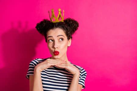 Nahaufnahmeporträt von ihr, sie schöne attraktive glamouröse hübsche mädchenhafte Mädchen schmollte die Lippen, die sich vorstellten, einzeln über hellem, lebendigem, leuchtendem rosa fuchsiafarbenem Hintergrund zu träumen Standard-Bild