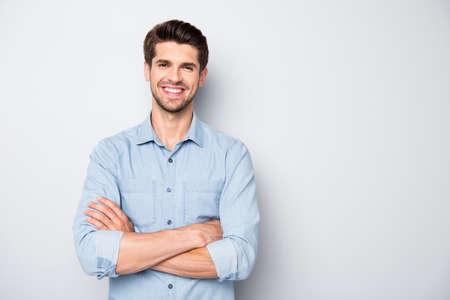 Portrait d'un pigiste fiable et joyeux qui a du succès dans l'enseignement collégial universitaire en apprenant de vrais vêtements d'expert portant des vêtements de style décontracté isolés sur fond de couleur grise