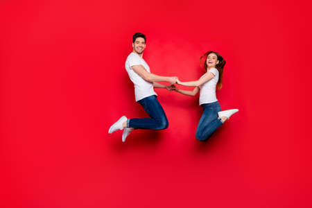 Full length body size side profile photo of cheerful cute nice pretty couple boyfriend girlfriend rejoicing in sales started together jeans denim footwear white t-shirt isolated vivid color background Stockfoto - 133268991