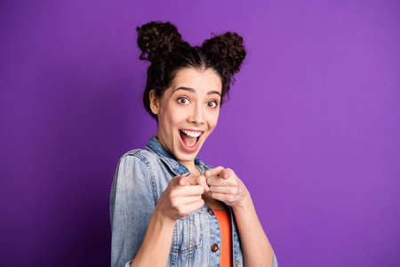 Close up photo of amazed funky funny girl point index finger choose you feel impressed scream wow omg its great wear casual style outfit isolated over purple color background Banco de Imagens