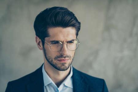 Close-up foto van een verwarde zakenman die eruitziet als nadenkend over opstartproblemen, probeer oplossingen te vinden, draag stijlvolle, chique luxe outfit geïsoleerd over grijze kleur achtergrond