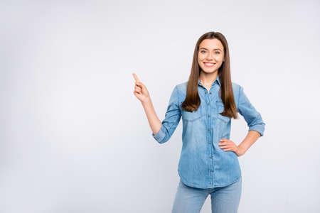 Porträt von positiven unabhängigen Mädchen zeigen Zeigefinger-Auswahlanzeigen empfehlen, lässiges Outfit einzeln auf weißem Hintergrund zu tragen Standard-Bild