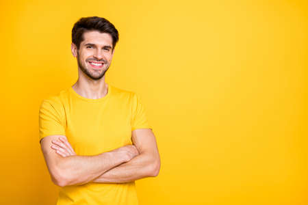 Portrait of his he nice attractive lovely cheerful cheery content brown-haired guy wearing tshirt folded arms isolated over bright vivid shine vibrant yellow color background Banque d'images