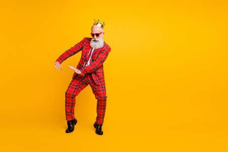 Photo du corps entier de drôle de grand-père barbe blanche dansant un jeune étrange bouge peu d'usure ivre couronne soleil specs vichy costume rouge isolé fond de couleur jaune