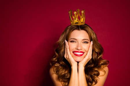 Photo du modèle lady pommade rouge épaules couronne dorée sur la tête bras pommettes profiter du statut social de célébrité isolé fond de couleur bordeaux