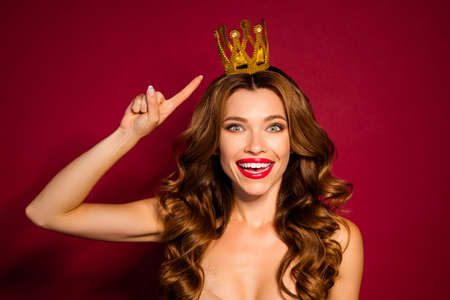 Photo of classy model lady red pomade nude shoulders indicate finger golden crown advertising new black friday sale prices isolated burgundy color background Foto de archivo - 133730530