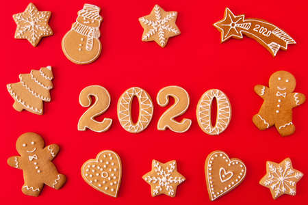 Top above high angle view photo of festive x-mas composition of ginger bread cookies man snowman tree star falling heart letters making 2020 lie isolated over shine color background Imagens