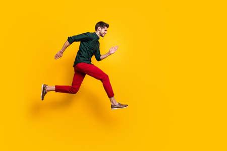 Photo de profil complet du corps d'un gars génial et joyeux qui entend parler de la merveilleuse course de saut des ventes du vendredi noir veut être le premier à porter une tenue de style décontracté isolée sur fond de couleur jaune