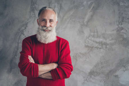Photo of amazing aged grandpa guy hold hands crossed self-confident positive person wear red knitted pullover hipster santa clothes isolated grey color wall background