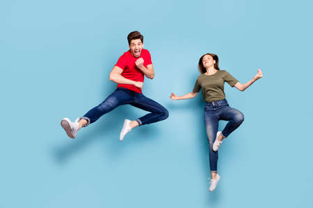 Full length photo of funky crazy two married people students man train fighting exercise karate woman jump practice chakra yoga meditate om wear outfit isolated blue color background Stockfoto - 134370623