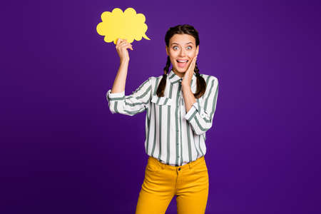 Photo of funny beautiful lady hold paper mind cloud amazed creative way of communication expressing shock wear striped shirt yellow trousers isolated purple color background Фото со стока - 134707671