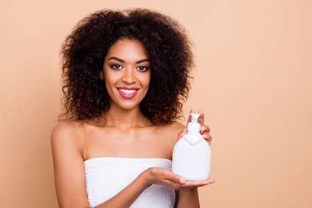 Close-up portrait of her she nice-looking shine attractive well-groomed cheerful wavy-haired girl holding in hands using oil mask balsam isolated over beige pastel background 版權商用圖片 - 135565103