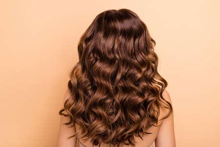 Rückseitiges Foto des charmanten Mädchens zeigt perfektes starkes Wohlbefinden, Frisurfrisur nach Friseurtherapiefrisur hat professionelle Haarfärbung einzeln auf pastellfarbenem Hintergrund