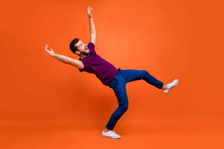 Seitenprofil in voller Länge Körpergröße eines verwirrten Mannes, der herunterfällt und von einem Windstoß in weißen Schuhen geblasen wird, isoliert schreiend über lebendigem Farbhintergrund