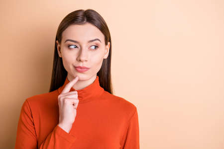 Nahaufnahmeporträt von ihr, sie ist ein hübsches, attraktives, gutmütiges Mädchen mit geraden Haaren, Inhaberin einer HR-Agentur, Kreativdirektorin, die den Entscheidungskopierraum isoliert über beige pastellfarbenem Hintergrund denkt Standard-Bild