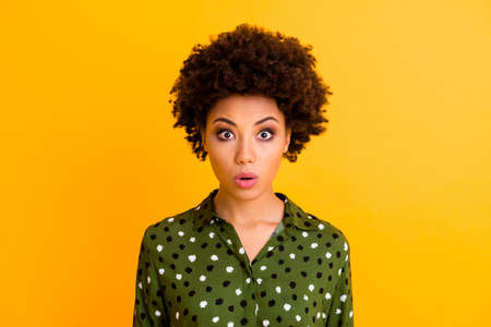 Close up photo of astonished afro american girl hear incredible novelty look good scream wear stylish modern clothing isolated over vibrant color background Banco de Imagens