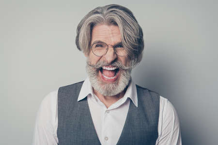 Close up photo of mad crazy old man have argument quarrel with his employees make horrible mistake grimace face wear stylish white shirt isolated over grey color background Zdjęcie Seryjne