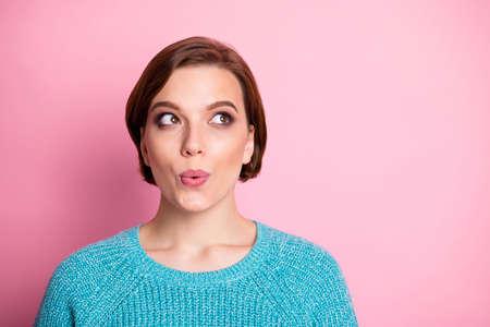 Nahaufnahmeporträt von ihr, sie sieht hübsch aus und wundert sich über eine neugierige braunhaarige Frau, die eine neue Idee einzeln auf rosafarbenem Pastellfarbenhintergrund kreiert Standard-Bild
