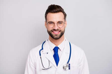 Nahaufnahmeporträt seines netten, attraktiven, intelligenten, fröhlichen, fröhlichen Doc-Professor-Notfallzentrums-Besitzer-Direktors ceo-Chefchef einzeln auf hellweißem, grauem pastellfarbenem Hintergrund Standard-Bild
