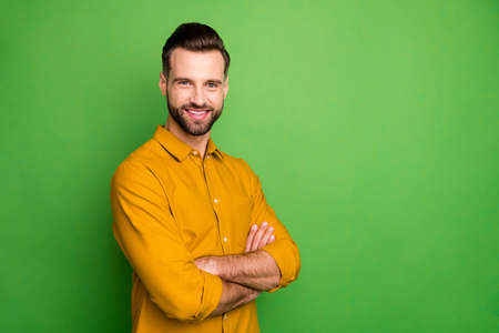 Profile photo of good mood young business man crossed arms meeting colleagues corporate seminar formalwear yellow shirt isolated bright green color background Stock fotó - 140218457