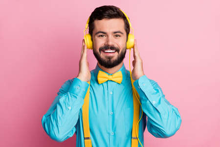 Close-up portrait of his he nice attractive cheerful cheery confident glad bearded guy meloman wearing mint shirt listening single hit pop sound isolated on pastel pink color background Banque d'images