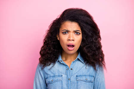 Close up photo of amazed funky afro american girl hear fake news cant believe scream wear casual style clothing isolated over pink color background Foto de archivo