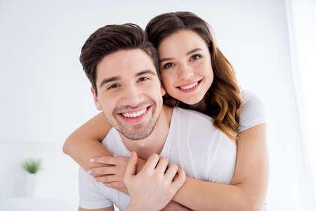 Photo en gros plan d'une adorable dame joyeuse beau mec marié couple amoureux profiter du week-end samedi matin bonne humeur excitée étreindre tenir la main porter une salle de pyjama à l'intérieur