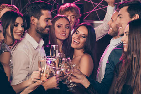 Photo portrait of excited merry people clinking champagne glasses laughing together