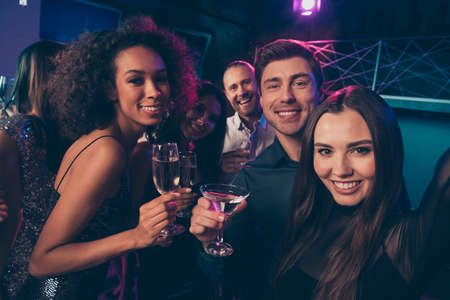 Photo portrait of girl taking selfie with friends at party drinking together champagne cocktails Stok Fotoğraf