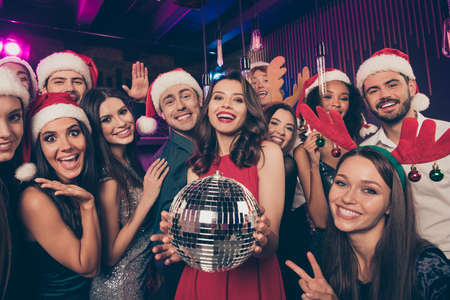 Photo portrait of people together holding disco ball showing v-signs greeting new year