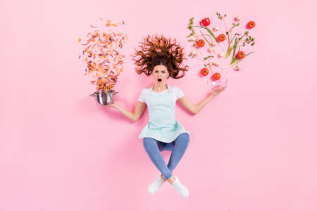 Oh no i cant prepare supper.Top above high angle full length photo of shocked girl housewife flat lay hold saucepan bowl fresh eco bio product vegetable fall isolated pastel color background 版權商用圖片