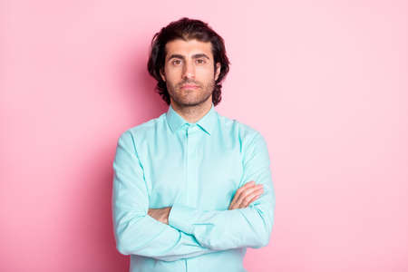 Photo portrait of man with folded arms isolated on pastel pink colored background