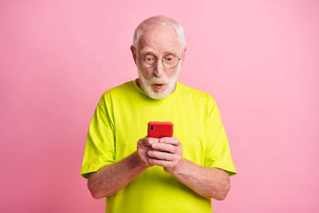 Portrait of impressed person confused staring new unsubscribe lime outfit isolated on pink color background Stockfoto