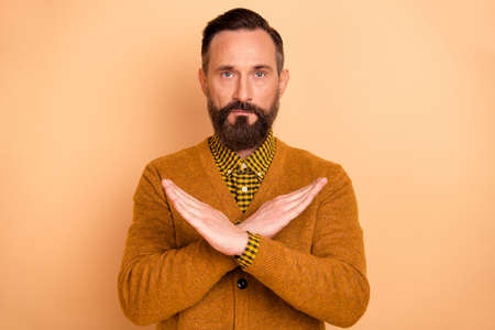 Photo of concentrated person crossed arms show reject symbol look camera isolated on beige color background Stock fotó