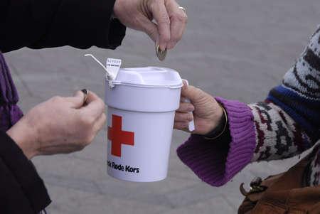 rood kruis: DENEMARKEN  COPENHAGEN. Denen en Pakistaanse immigrant verzamelen donaties voor Deense Rode Kruis voor Pakistan flood victems, Denen zijn grootmoedige mensen valunteer voor Rode Kruis te helpen Pakistaanse Flood Victems door kleine en grote, donatie, Rode Kruis heeft bevoegdeautoriteiten