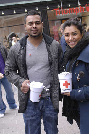 rood kruis: DENEMARKEN  Kopenhagen. Denen en Pakistaanse immigranten het verzamelen van donaties voor het Deense Rode Kruis voor Pakistan overstroming victems, Denen zijn gulle mensen valunteer voor Rode Kruis om Pakistaanse Flood Victems helpen door kleine en grote, donatie, Rode Kruis autoriteiten