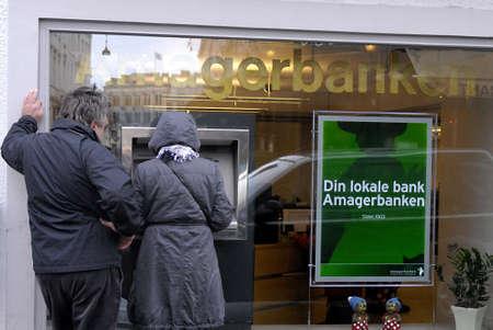 polictis: DENMARK  COPENHAGEN .Couple cashing money from cash automat from Amageerbanken  12 Nov. 2010