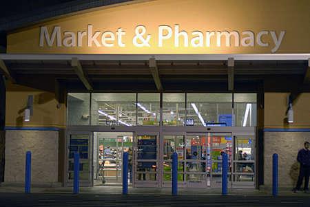 walmart: ESTADOS UNIDOS Y EL ESTADO DE WASHINGTONCLARKSTON. Compradores en velada en Wal-Mart super center y cashers todos los elementos en bolsas de pl�stico y bolsas son libres en coste tercer 9, 2010.
