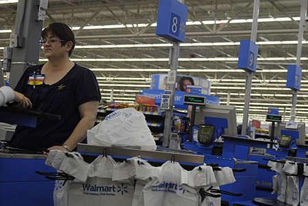 walmart: ESTADOS UNIDOS  ESTADO DE WASHINGTONCLARKSTON. Los compradores en la noche en Wal-Mart super center y cajeros ponen todos los elementos en bolsas de pl�stico y bolsas son gratuitos en costo Marach 9, 2010.