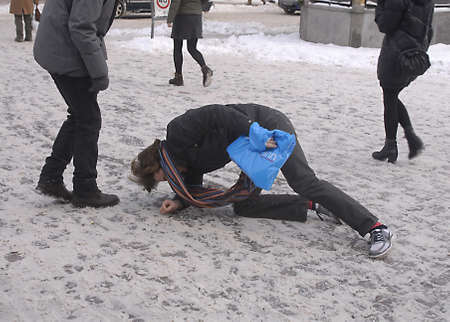 DENMARK / COPENHAGEN Tough streets are deocrated with christmas lights stars and hearts  but this Heavy cold snow winter taking toll on Christmas shoppers on stroegt snow ahs tunr into slushed and  shoppers slipped and fell on snow 21 Dec. 2010      Stock Photo - 8477522