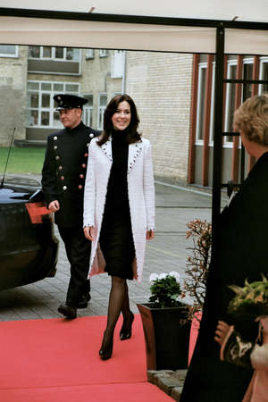 corona de princesa: Dinamarca  Copenhague (im�genes hist�ricas de archivos).Princesa danesa Mary visite centro de investigaci�n de c�ncer dan�s 13 de abril de 2005      Editorial