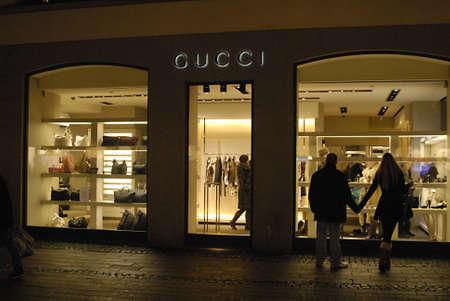 after to work: DINAMARCA  COPENHAGUE. compradores de noche despu�s del trabajo buscando venta de a�o nuevo en varios mall y almac�n en Copenhague Dinamarca 4 de enero de 2011