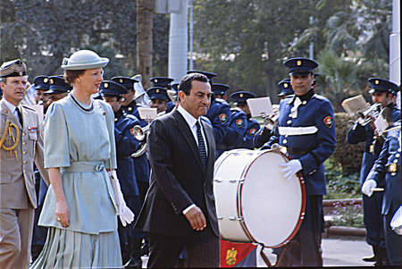 gaurd: CAIROEGYPT_(Historic file images )  Queen Margrethe  inspects miliatry gaurd with Egypt president Honsi Mubarak at Presidential Palace in Cairo  on 19 Feb. 1986   Editorial