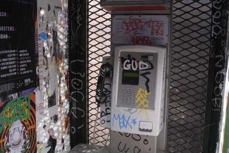 Denemarken  COPENHAGEN _ Deense design groene Phone booth is vendolized met grafiti en schilderen van 15 maart 2011