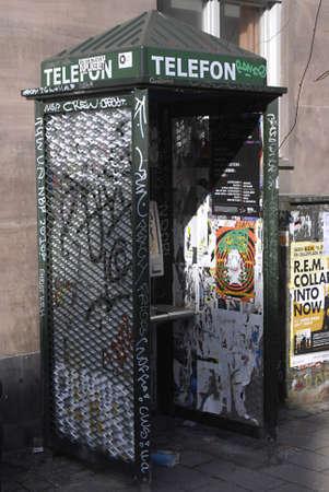 Denemarken  COPENHAGEN _ Deense design groene Phone booth is vendolized met grafiti en schilderen van 15 maart 2011       Redactioneel