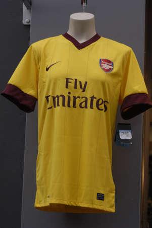 unicef: Danimarca  COPENHAGEN _ compagnia aerea araba Sport T.shirt Aresenal Football Club fly Emirates e nike sulla vendita e maschio indossando t.shirt 14 marzo 2011