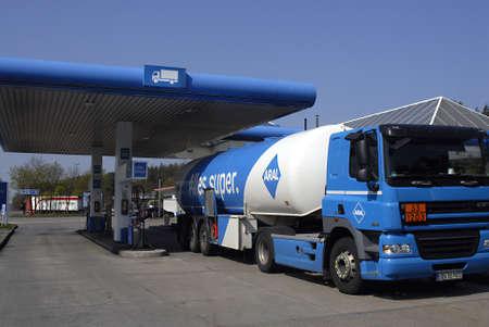 polictis: GEERMAN HIGHWAY  _  GEERMANY   German consumers pumping gasoline (Petrol) at Germany high way gas station Aral in Germany 18 April 2011