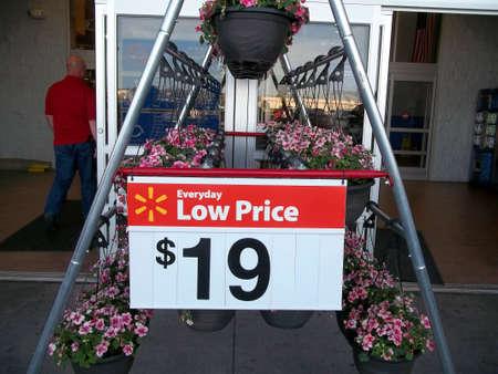 walmart: CLARSTON  WASHINGTON STATE  compradores atWalmart y Walmart cajero 04 de mayo de 2011.        Editorial