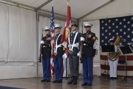 chris: DENMARK  COPENHAGEN _  Louri S. Fulton american ambassador to Denmark invited about 1.500 danes  and other guest to celebrate 4th of july at her residence in Copenhagen,with USa Amry attachie Chris Macdonald  in trops dress welcome guest and read USA pre Foto de archivo